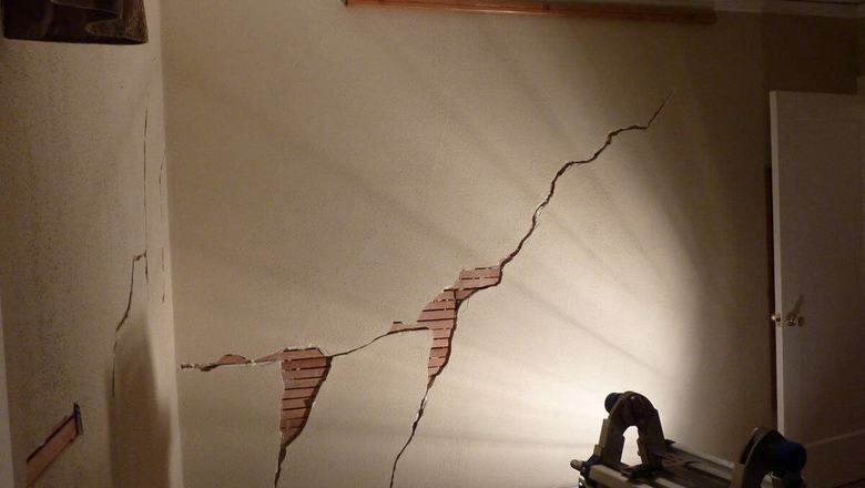 How to repair cracks holes in plaster hometips 1